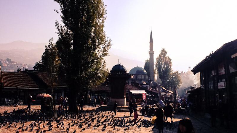Das Jerusalem des Balkans. In kaum einer anderen Stadt treffen so viele verschiedene Kulturen und Religionen aufeinander wie in Bosniens Hauptstadt Sarajevo!