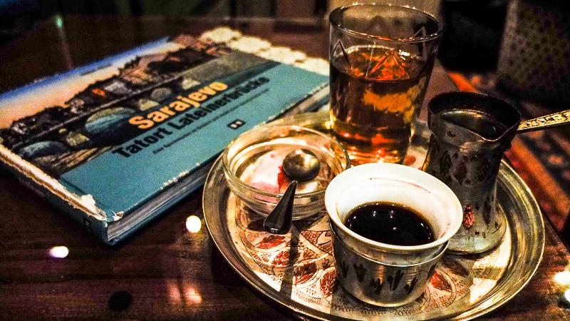 Ein Getränk für Freunde: Bosna Kahva. Eingeführt von den Ottomanen, trank man hier schon Kaffee lange bevor in Wien und Paris überhaupt wusste, was das ist. Traditionell serviert mit einem Würfel Lokus und einem Glas Wasser. Gesüßt wird er im Mund. Den Kaffee in Sarajevo gibt's bei Hussein im Čajdžinica Džirlo!