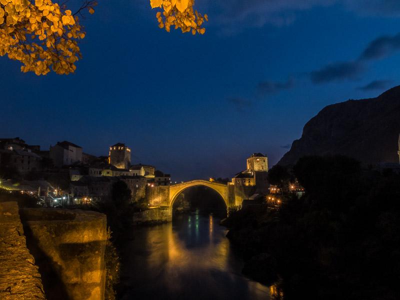 Die berühmte Star Most. Lange Zeit die einzige Verbindung zwischen Orient und Moderne. vor 20 Jahren von kroatischen zerstört und 2004 wieder aufgebaut. Schon seit über 400 Jahren ist es hier Tradition, dass sich die härtesten Kerle der Stadt von der immerhin knapp 20 Meter hohen Brücke in die eisige Neretva stürzen.