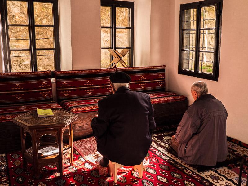 Zusammen fuhren wi r noch zur Velo Bune. Einer Quelle in Blagaj. Direkt daneben eineSufi-Tekke. Eine Art Kloster der Ottomanen.