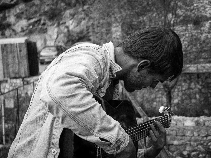 Beim trampen nach Mostar traf ich Hektar Mori. Einem Musiker aus paris, der wieder zurück in die Heimat seiner Eltern gegangen ist.