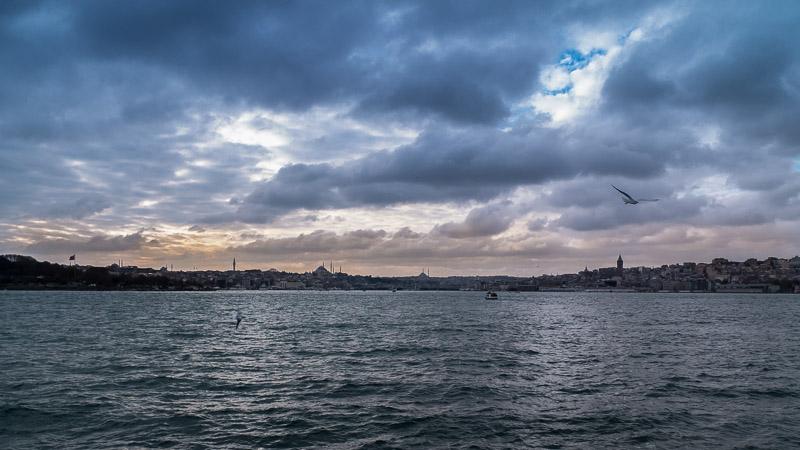Für mich ist Istanbul definitiv die Stadt mit der schönsten Silhouette überhaupt. Diese Gigantischen Moscheen mit ihren Minaretten machen wirklich richtig was her! Am schönsten ist es morgens bei den Fischern auf der Galatabrücke.